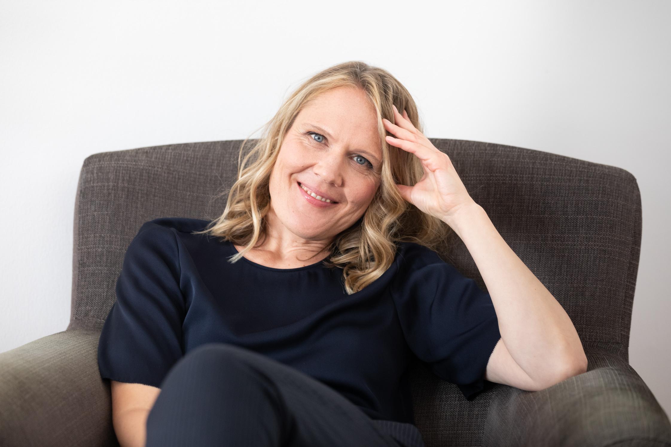 Porträtbild von Birgit Kurzacz in der Praxis.